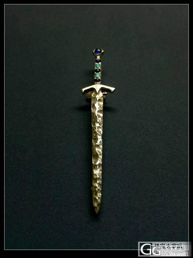 《石中剑》银嵌宝石胸针_胸饰银