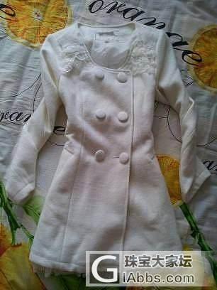 继续低出朵以白色羊毛蕾丝边修身大衣、艾格西瓜红修身大衣、帽子、裤袜等_品质生活