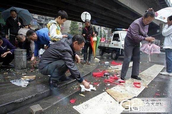 (转帖)越野车撞倒玉器摊,路人忙捡漏。_闲聊