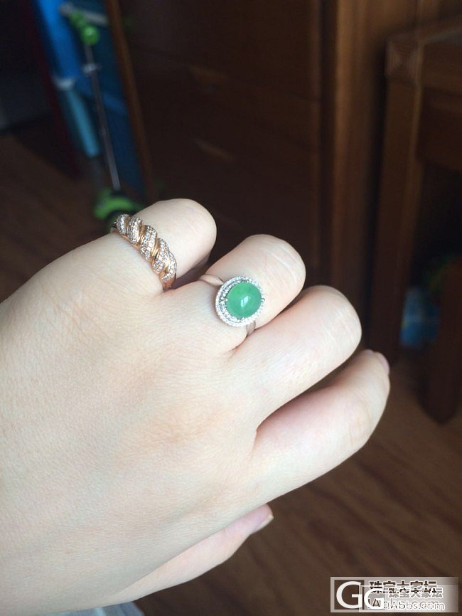 出两个精品戒指_珠宝