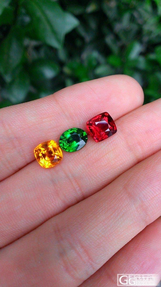 三颗标色的红绿灯,撞色真美。大家猜下各是什么石头?_宝石刻面宝石