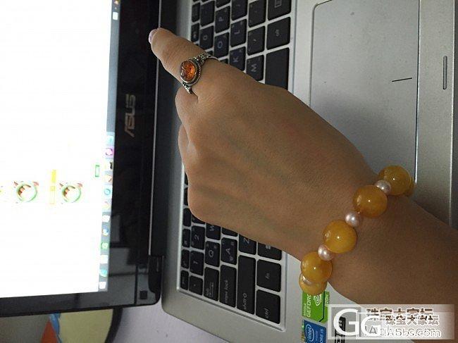 我默默地摘下了手上的翠翠,换上金黄色的蜜蜡圆珠手串,你们懂的。。。_珠串蜜蜡