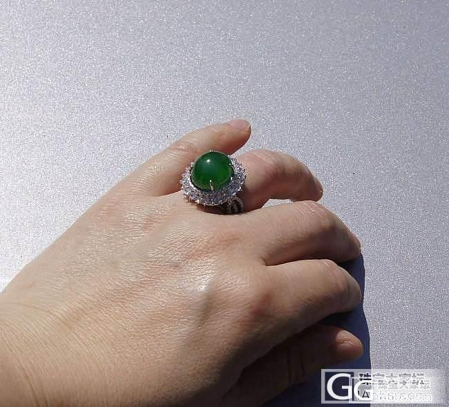 珠宝展上寻觅到了期待已久的绿戒指,而且是2个噢_戒指蛋面翡翠