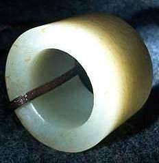 求行家鉴定这枚玉扳指的料和牛毛纹沁色..._和田玉