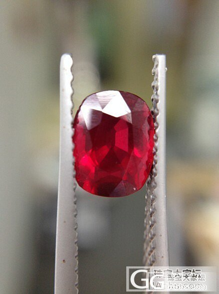 来看看这颗1.55克拉的小红_刻面宝石红宝石
