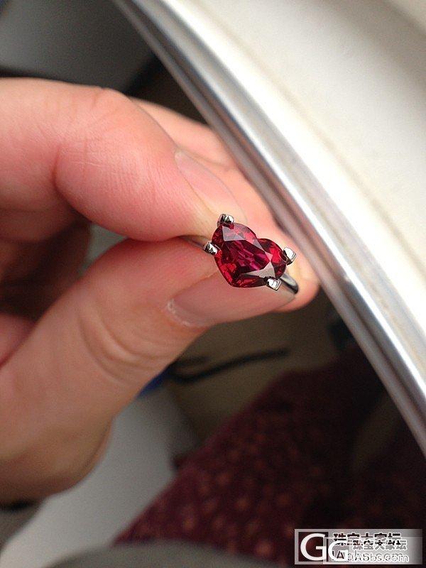 新收的一颗1.59ct莫桑无烧小红心,品质还过得去。_刻面宝石戒指红宝石