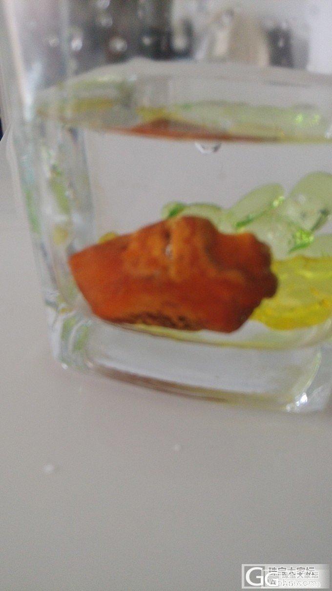 看看塑料盐水一样能浮,一样有荧光_琥珀