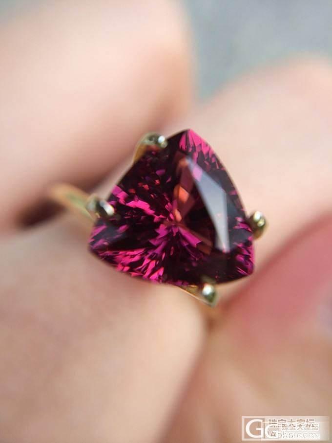 新鲜入手一枚三角美女~是我见过的最好的火彩了~渣图乱入_石榴石刻面宝石