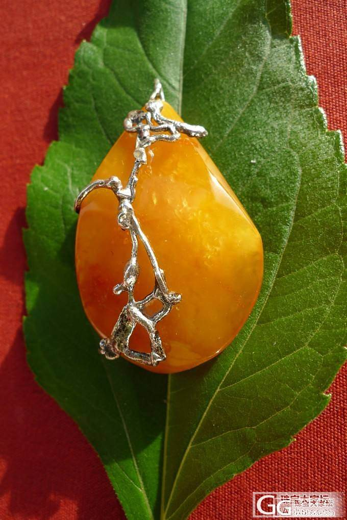 嘚瑟一下刚收的金绞蜜 蜜蜡挂坠,又是神奇造型的欧洲工艺,老银镶嵌款_蜜蜡