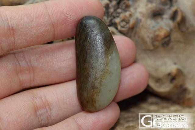 坠形黑油皮青白玉籽料原石挂件_传统玉石