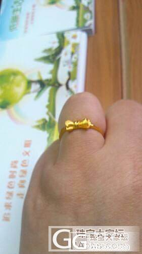 前天我和女儿去逛商场,收到了一个小蝴..._戒指金