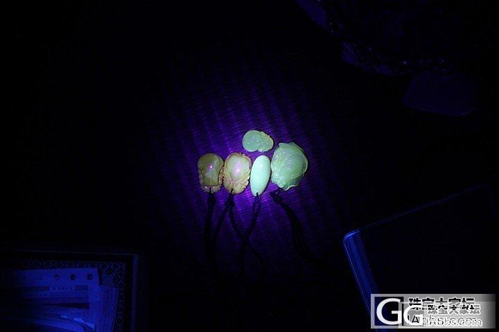 紫光灯下的蜜蜡,进来看看是真的还是假..._蜜蜡