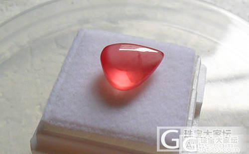 【彩石记】荧光超好的冰种红纹石水滴戒面_宝石