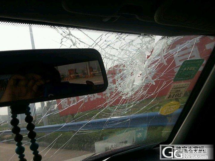 飞来横祸!车在高速上被前车掉落的雨刷..._闲聊