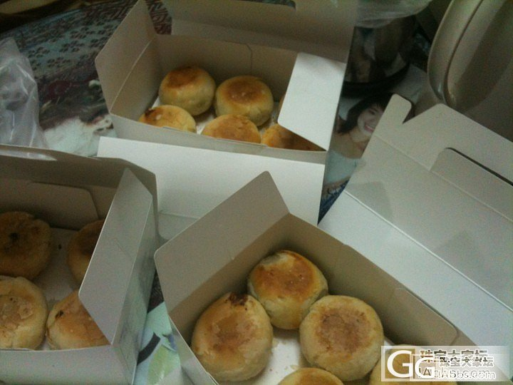 半夜上吃货之......去年为了买鲜肉月饼排队7小时。今年托朋友在金辰大酒店搞定。_美食