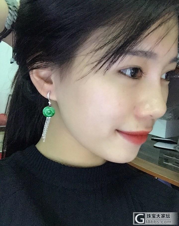 陽綠色小平安扣耳墜,剛鑲嵌好給大家看一下佩戴效果 !_耳墜翡翠