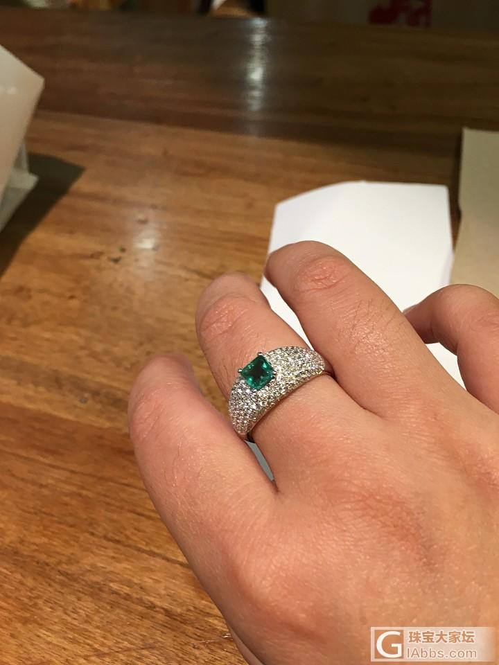 看今天戴了啥_依波祖母绿戒指手镯金