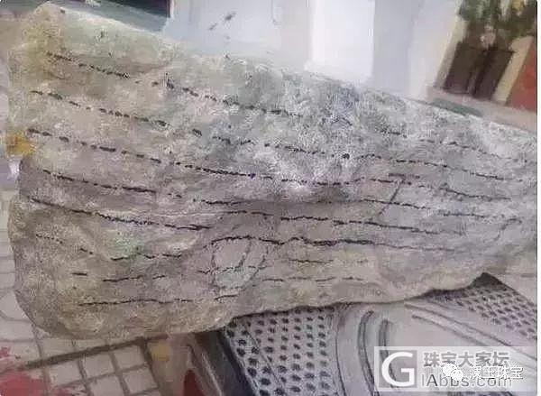 旅游时花4万买的翡翠原石,居然切出了春带彩手镯!
