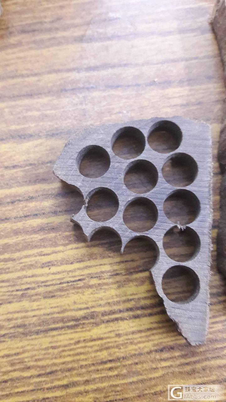 老山檀阴沉料?在印度产地加工厂实拍的,想问下坛友们阴沉料的收藏价值和可玩性。_阴沉木老山檀