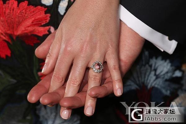 盘点英国王室成员们的订婚戒指_红宝石蓝宝石戒指钻石