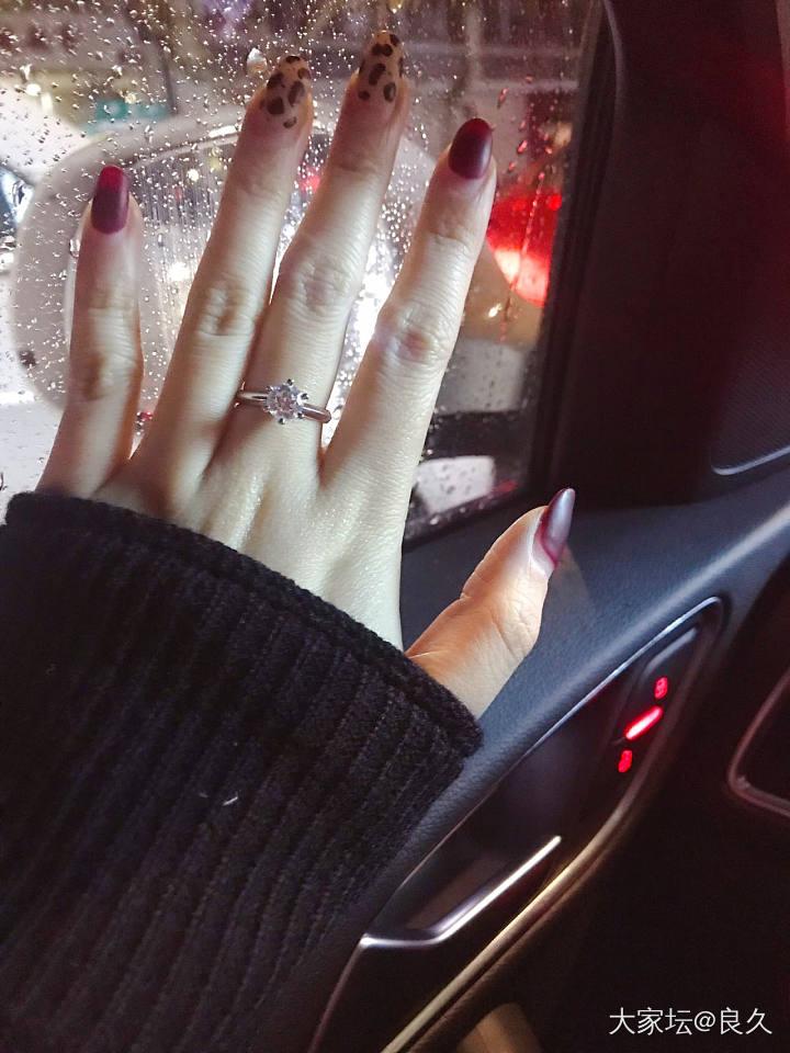 既然堵在路上就秀一波手吧_钻石戒指