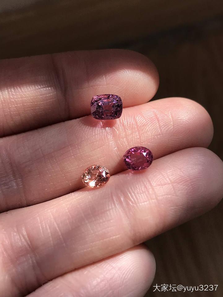出三颗几百块钱的白菜好色尖晶石有鉴赏期_彩色宝石