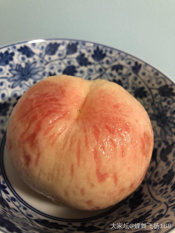 半夜饿醒了,起床吃水蜜桃吧_水果