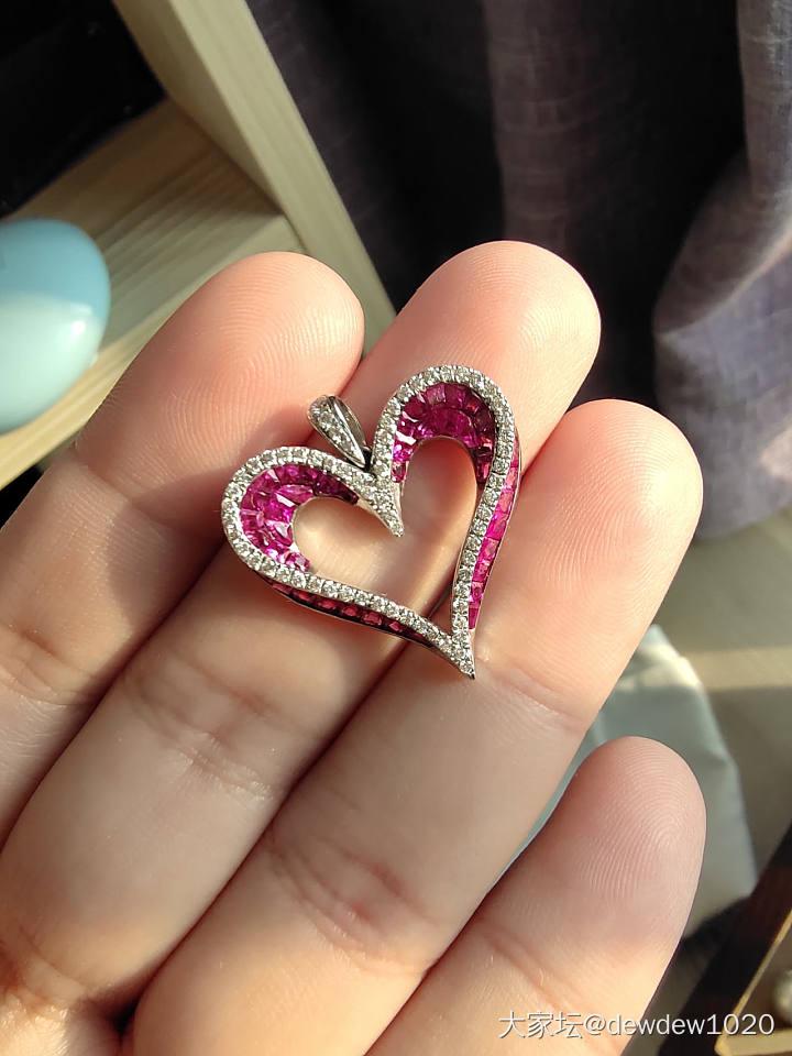 立体精工无边镶嵌红宝石钻石爱心吊坠_名贵宝石