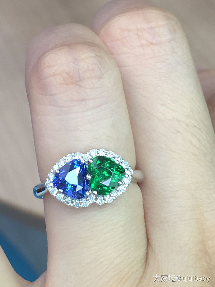 出一个心形蓝宝石和心形沙弗莱撞色戒指_名贵宝石