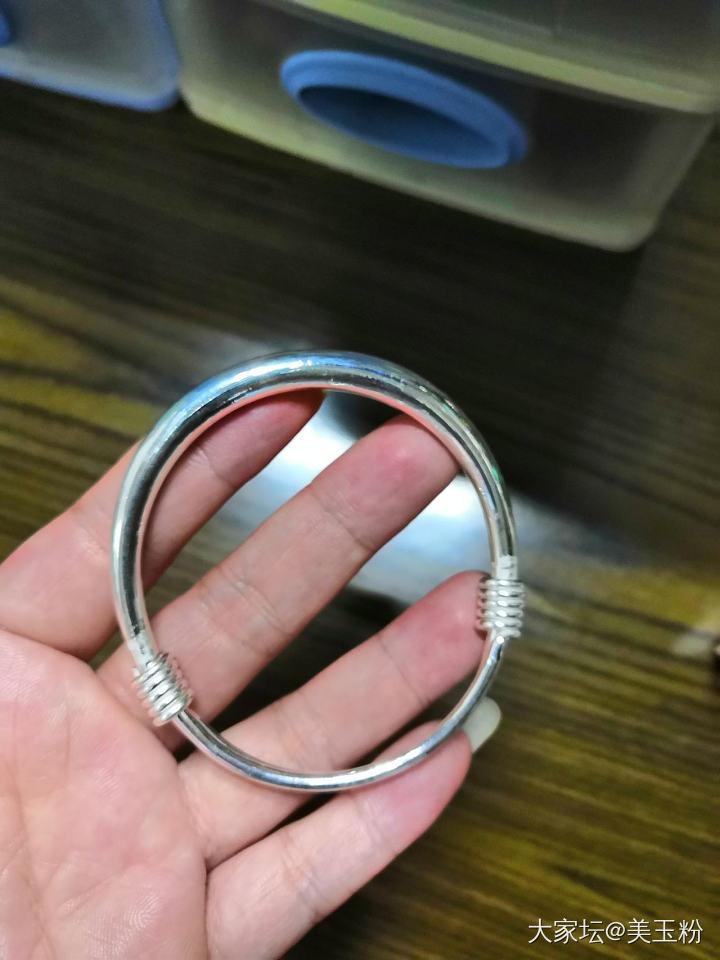 老妈说最近想戴银手镯了,我想想给她买了这个款式,试戴一下感觉还行_手镯银