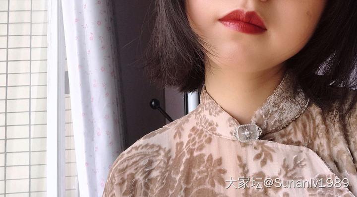 古董胸針配絲絨爛花面料簡直太棒了_古董首飾