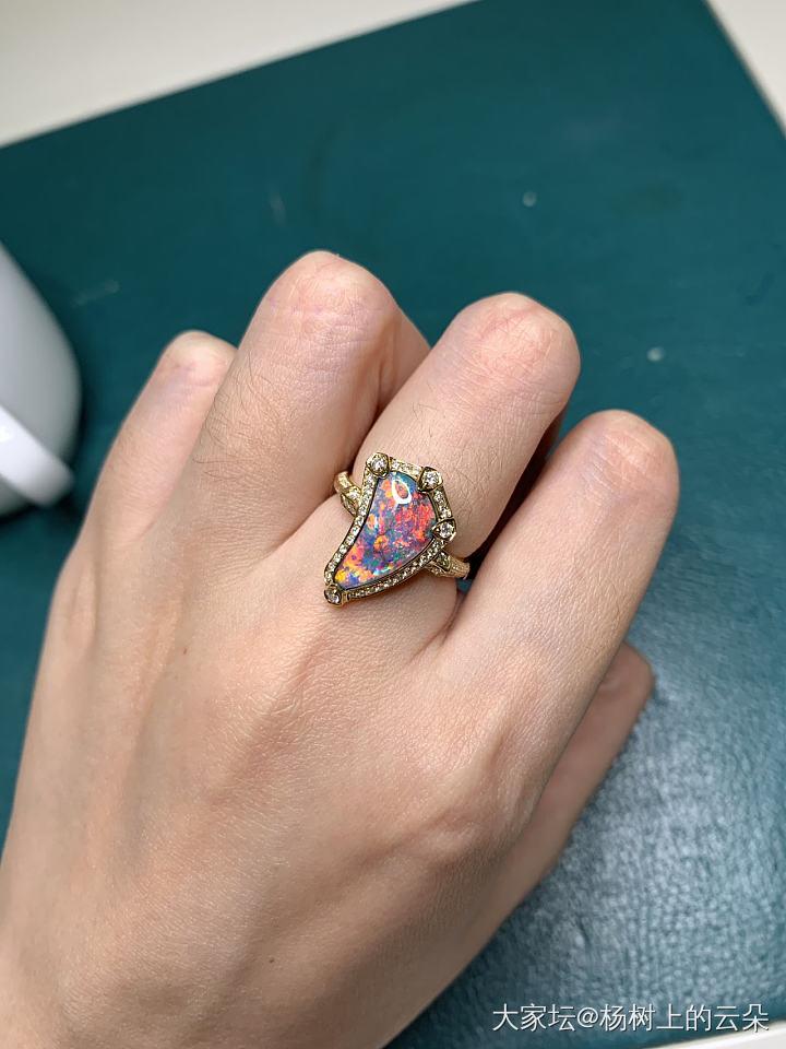好喜歡五彩斑斕的歐泊_歐泊戒指彩色寶石