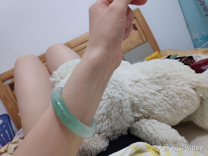 我最贵的一只手镯,有两处白棉团,是一颗一颗飘起来的意境棉,其它买不起了,就这样吧_手镯翡翠