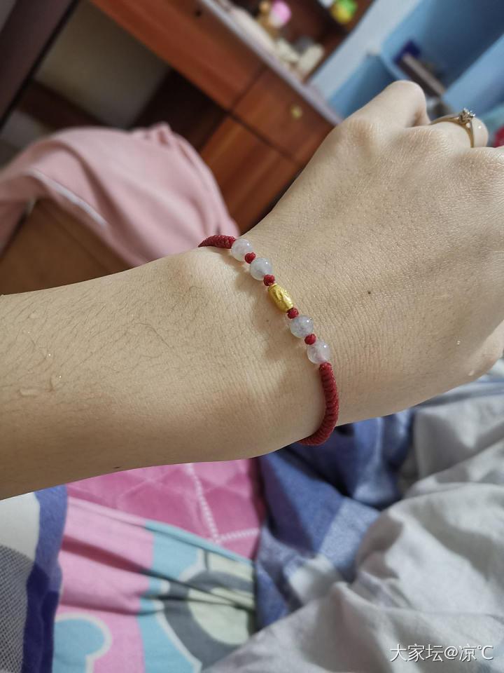 感觉N年前很流行这种小红绳😁姐妹们是不是也是人手一条呢_编绳