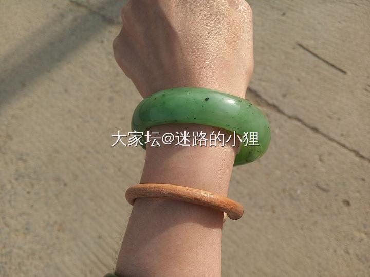 和田玉乌兰海苹果绿大圈口厚装镯子_和田玉