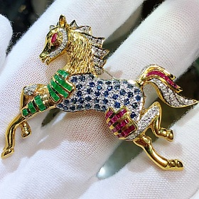 18k黄金镶嵌钻石红蓝宝石及祖母绿骏马胸针项坠两用款