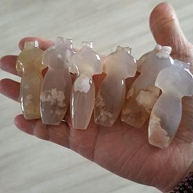 一手拿的樱花玛瑙还有很多其他平价裸石