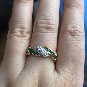 偏安一隅之前定制的祖母绿戒指
