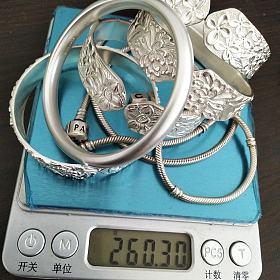 5只足银手镯ph7等+2只纯银蛇骨链共260克打包。项链是潘多拉的。