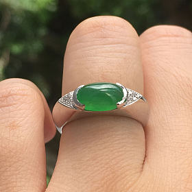 出一个18K金镶嵌阳绿翡翠蛋面戒指