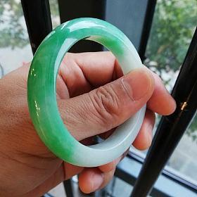 泥鳅背翡翠手镯半圈绿