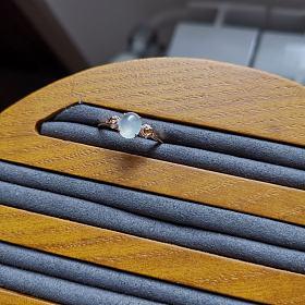 血亏价出一个18K金翡翠白冰小戒指