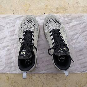 【全新包邮】全新APL专业跑鞋,女款,适合36码脚