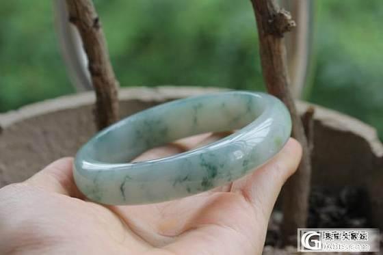 美貌果绿66圈口,飘花水润扁条镯,绿底偏蓝厚装等。。_翡翠