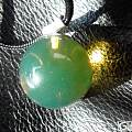 大家来看看一颗大珠,直径25mm,是不是多米尼加的蓝珀?