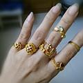 只有几个黄金戒指