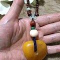 自已编的黄花梨手持配老蜜蜡。和田玉三通是自己打孔设计的。
