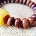 用一个小的老蜜蜡配了个黄花梨手串。感觉正好合适。