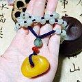 用和田玉链子配了一串老蜜蜡项链。