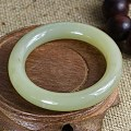 和田玉手镯,青海料圆条手镯,玉质细腻,颜色漂亮。有些小沁点。无伤裂。内径55...